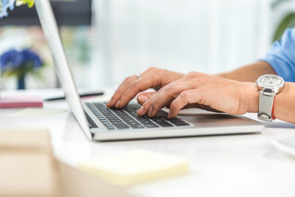 Un homme travaillant à l'ordinateur